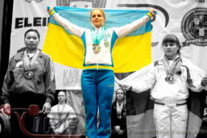 powerlifting-Larysa-Solovyova-podium-flag